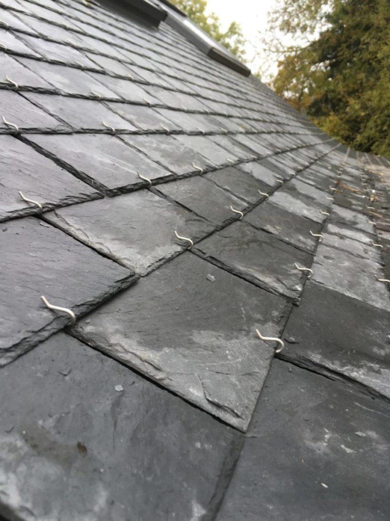 coyot neuf ardoises naturellese sur toiture rénovée