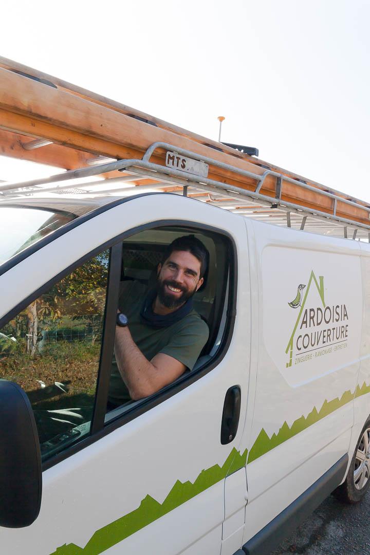 Fabien Pavard souriant dans son camion
